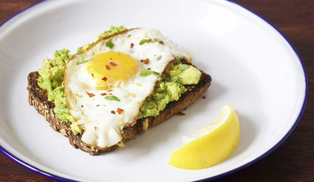 avocado-toast-with-fried-egg